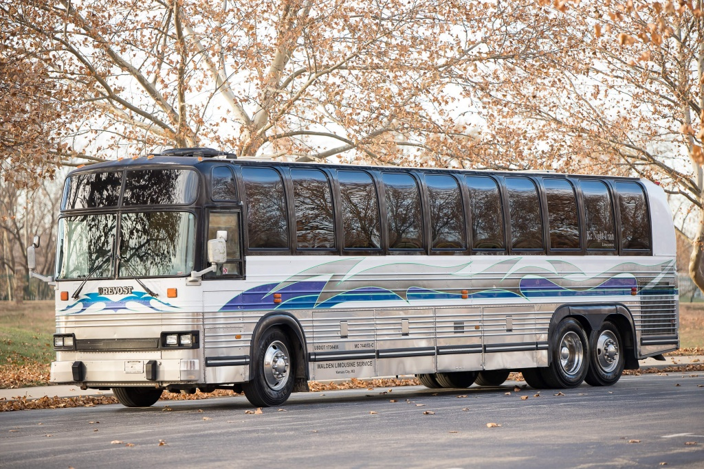 Limo Bus (Exterior, Front, Driver's Side)